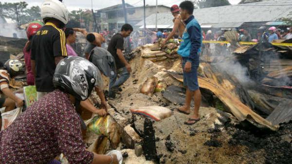 20150520-korban-kebakaran-pasar-inhutani-mengais-beras-sisa-kebakaran