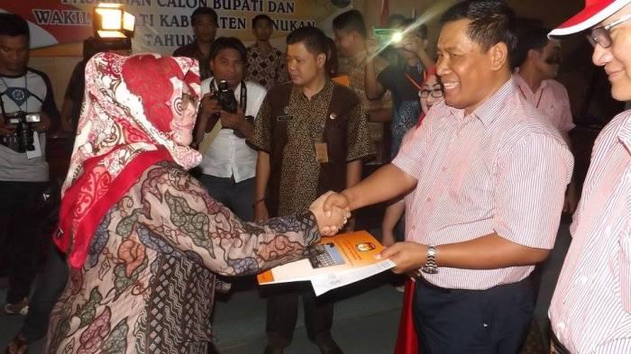 Penyerahan berkas pendaftaran calon bupati dan wakil bupati Nunukan oleh bapak Mashur yg diterima oleh ketua KPU Nunukan